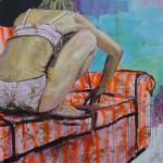 Frau auf Sofa hockend klein