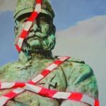 Wilhelm mit Absperrband